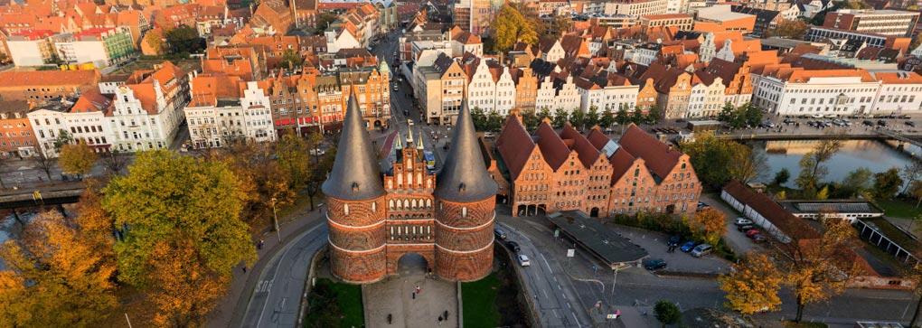 Das Lübecker Holstentor von oben (Vogelperspektive, Drohne)