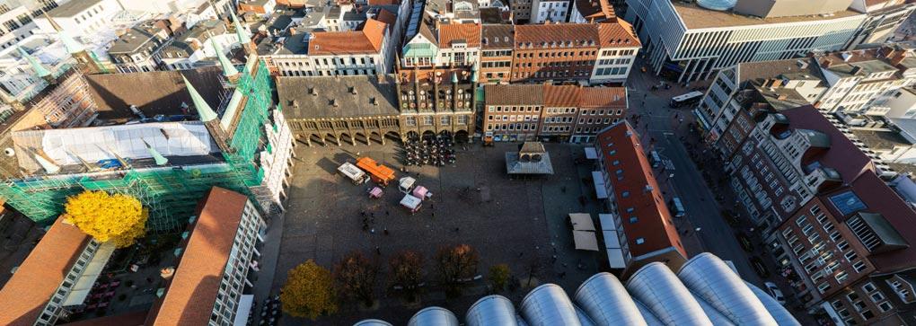 Der Lübecker Marktplatz und das Rathaus von oben (Vogelperspektive, Drohne)